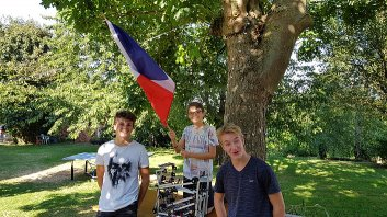 Mathis, Antoine, Quentin, flag and robot 1