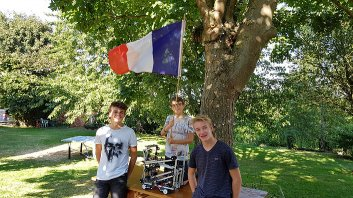 Mathis, Antoine, Quentin, flag and robot 2